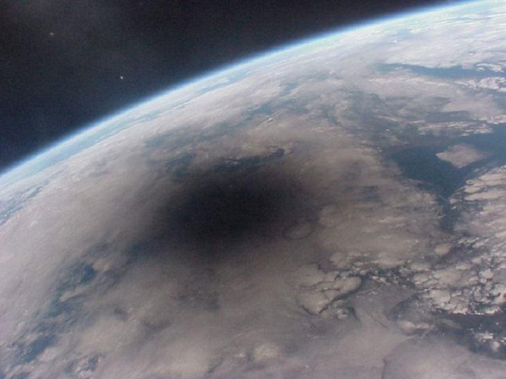 תמונות מדהימות מרחבי העולם: הצל שהטיל הירח על כדור הארץ בליקוי חמה