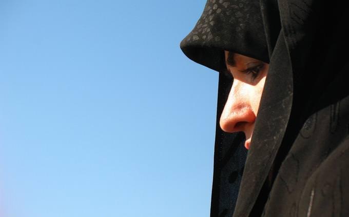 בחן את עצמך בלועזית: אישה עם כיסוי ראש-בורקה