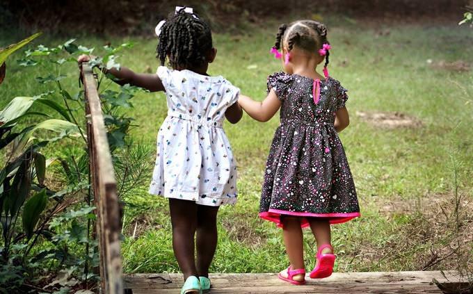 בחן את עצמך בלועזית: שתי ילדות מטיילות בטבע