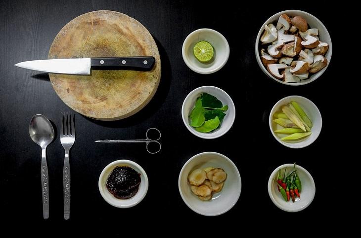 טיפים למטבח: סכין על משטח עץ לצד קערות עם ירקות שונים
