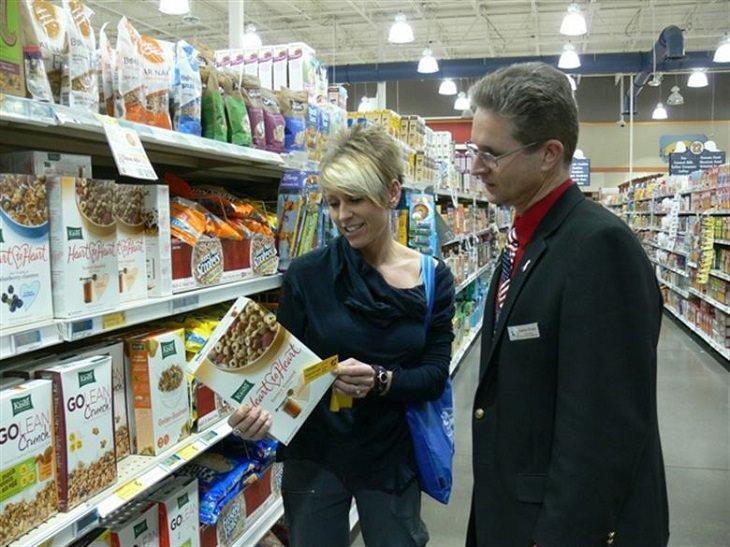 אפליקציות לתוספות מזון: גבר ואשה מביטים על אריזת מוצר מזון בסופר