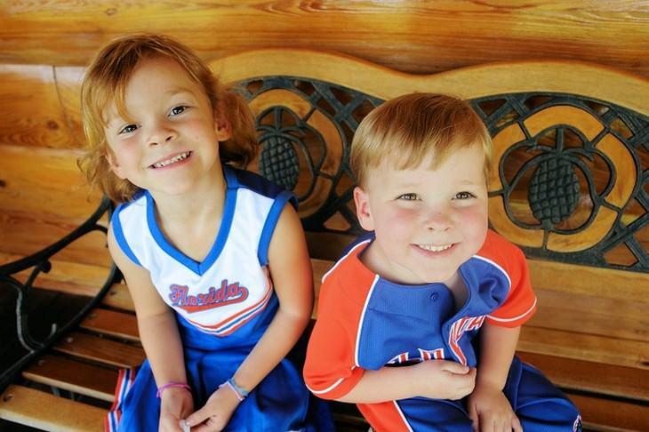חיזוק מערכת חיסונית אצל ילדים: ילד וילדה יושבים יחד על ספסל