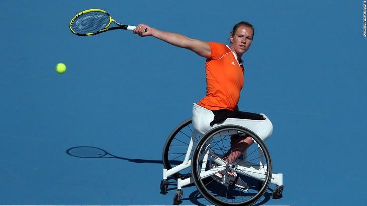 אנשים בעלי מוגבלות שהגיעו להישגים מדהימים: אסתר פרחיר משחקת טניס