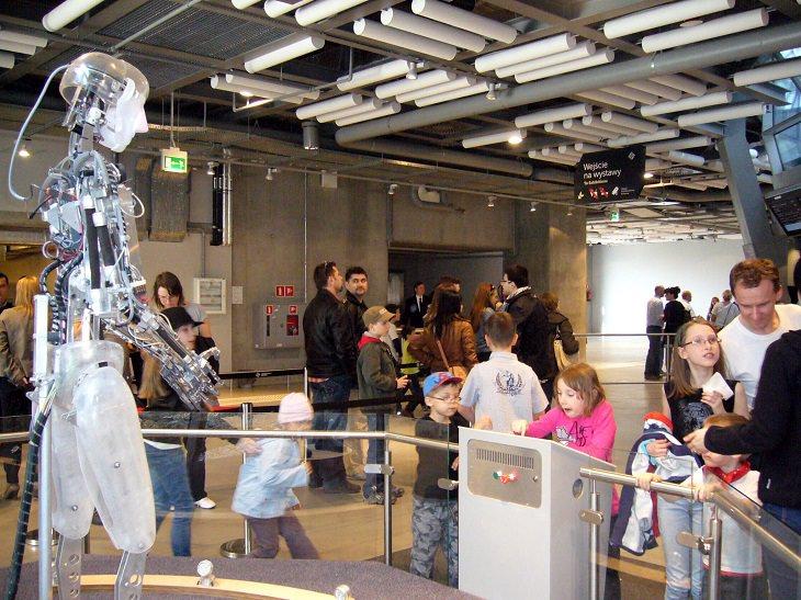 אטרקציות חובה בורשה: ילדים בתערוכה במוזיאון קופרניקוס