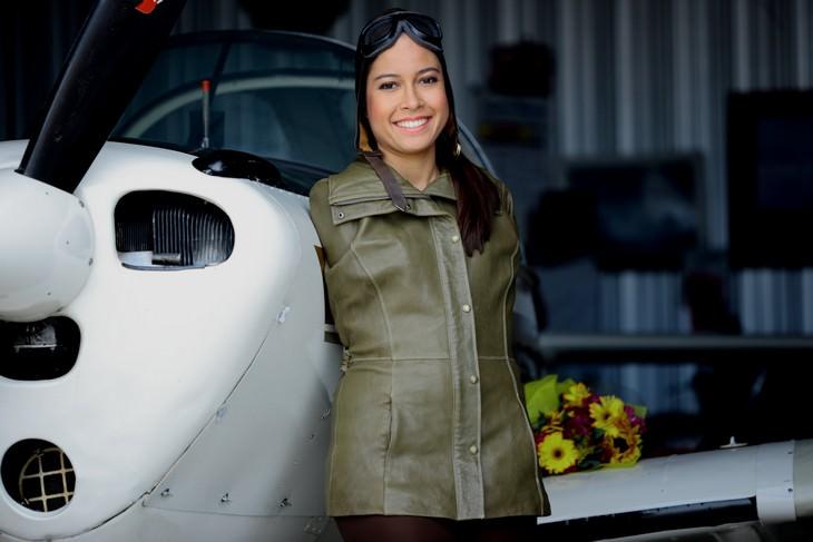 אנשים בעלי מוגבלות שהגיעו להישגים מדהימים: ג'סיקה קוקס עומדת ליד מטוס במדי טיס