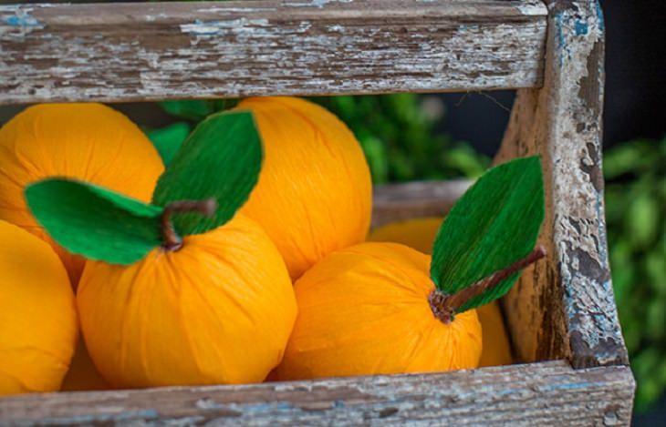 יצירות מנייר קרפ: ארגז עם תפוזים מנייר קרפ