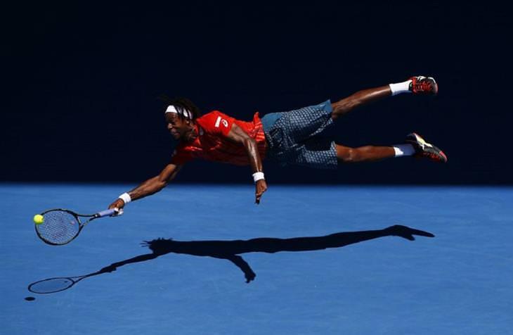 זוכי תחרות הצילום בסיינה: טניסאי קופץ לצד ומנסה לפגוע בכדור
