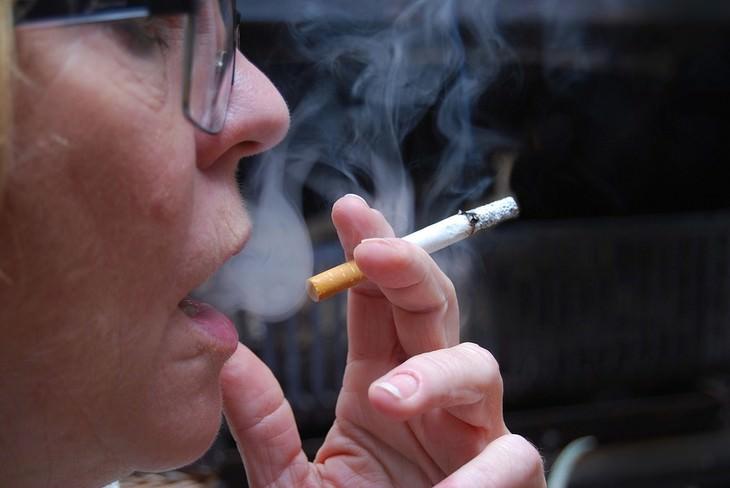 גורמים לטעם מתכתי בפה: אישה מעשנת