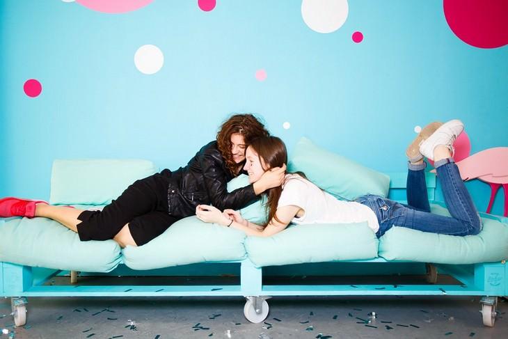 אימא ובת מחויכות ומחובקות על ספה