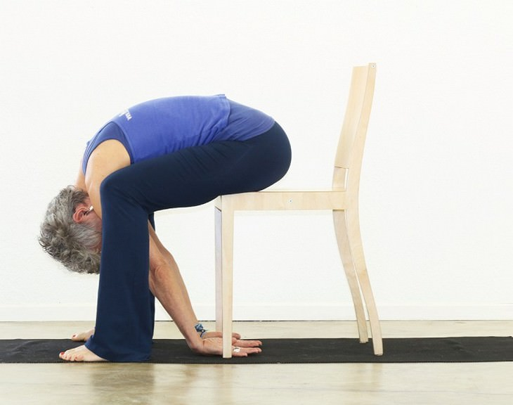 אישה כפופה על כיסא