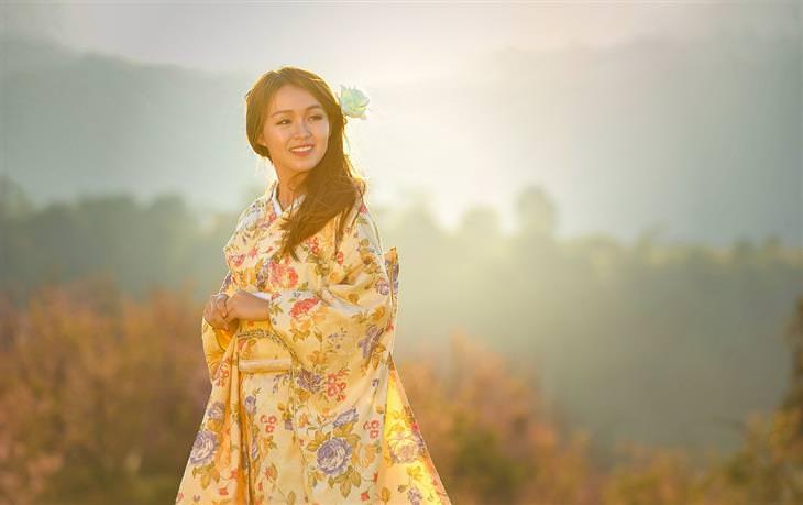 אישה אסייתית עם לבוש יפני מסורתי