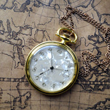 שעון כיס על מפת עולם