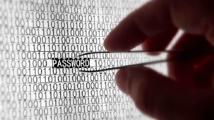 יד אוחזת בפינצטה התופסת סיסמה מצג מחשב
