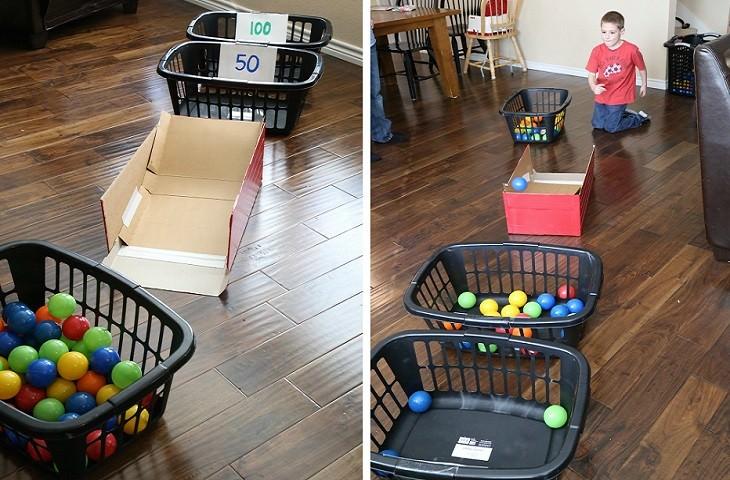 יצירות מיוחדות לילדים: ילד משחק עם כדורים ורמפה