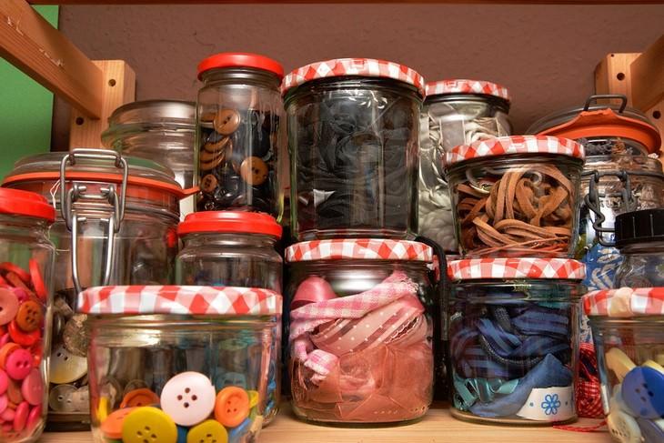 יצירות מיוחדות לילדים: צנצנות עם חומרי יצירה