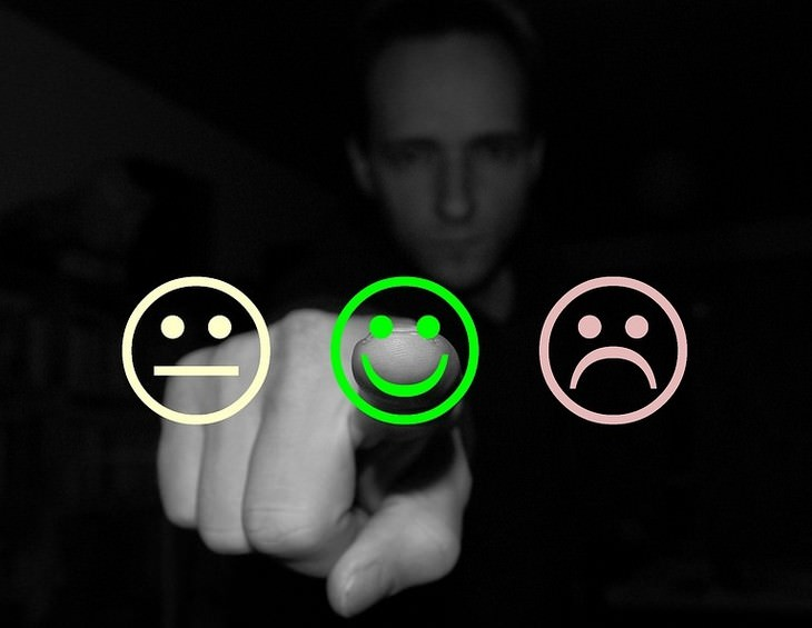 אדם לוחץ על דמות של פרצוף מחייך