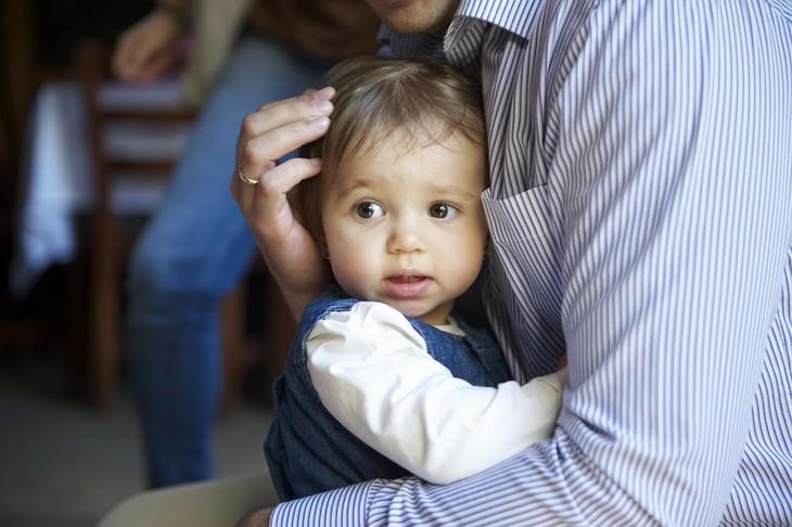 גבר ותינוקת מחובקים