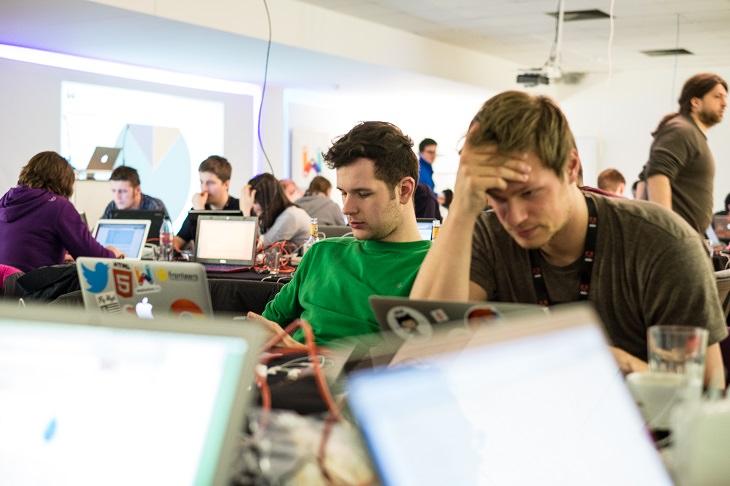 משרד עם אנשים שעובדים מול מחשבים