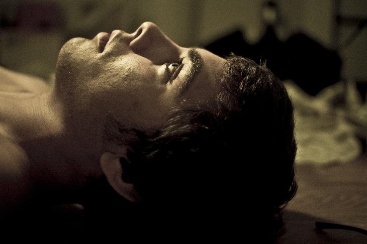יתרונות בריאותיים של חוביזה: נער שוכב עם עיניים פקוחות