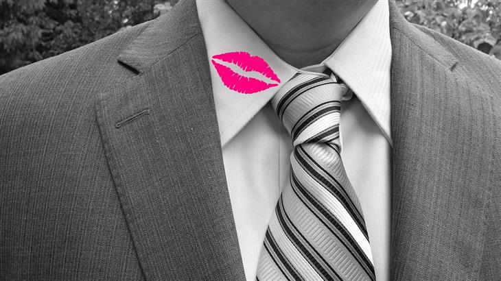 גבר עם סימן נשיקה על צווארון החולצה שלו