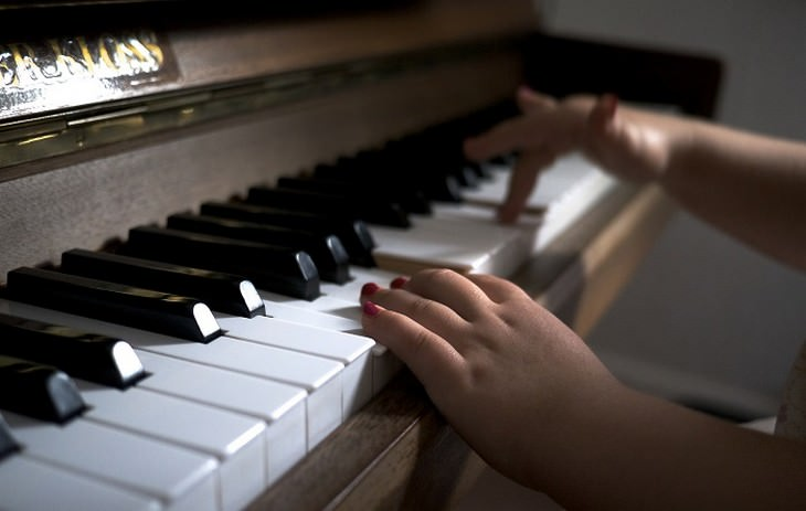 ידיים של ילד קטן על פסנתר