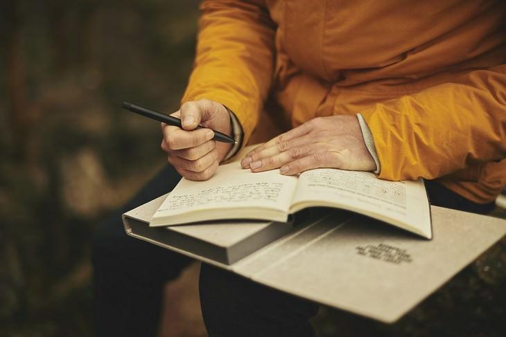 גבר כותב ביומן