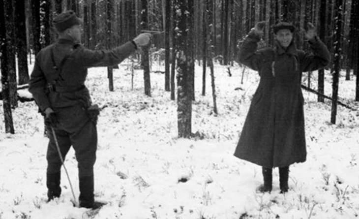 מרגל רוסי צוחק בזמן הוצאתו להורג במהלך מלחמת החורף, המכונה גם המלחמה הסובייטו-פינית. פינלנד 1939.