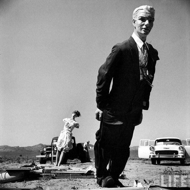 """בובות ראווה לאחר ניסויי פצצות אטום במדבריות מדינת נבדה. ארה""""ב אמצע שנות החמישים של המאה ה-20."""