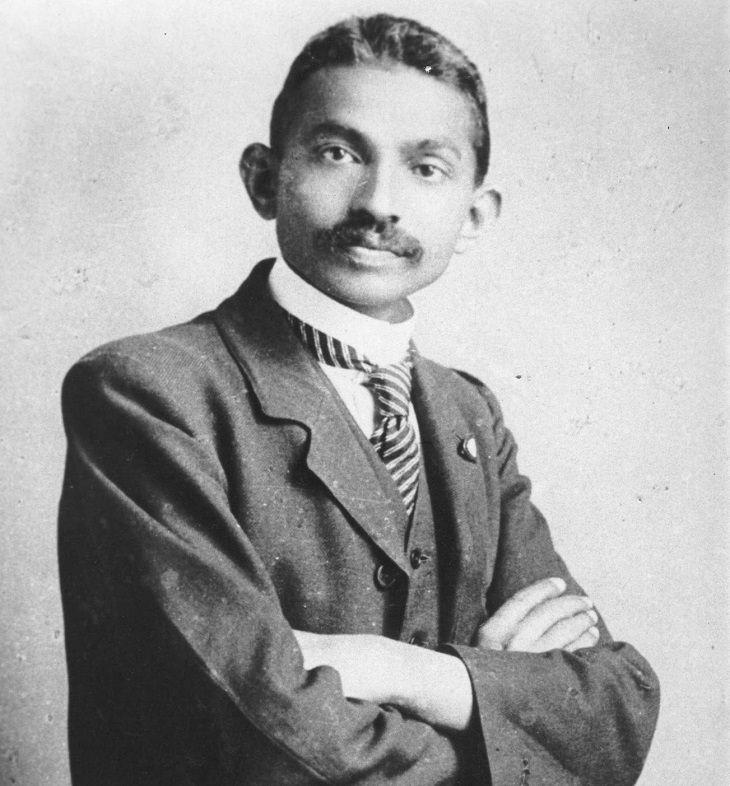 עורך דין מוסמך ומהפכן לעתיד, מוהנדס גנדי. 1893.