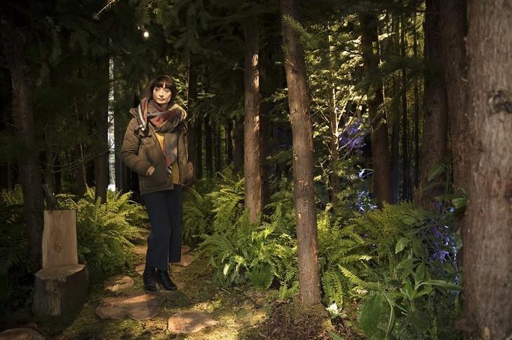 אשה מתהלכת בבית המיוער