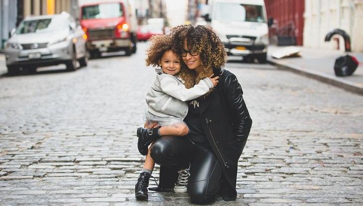 אמא מחבקת את הבת שלה