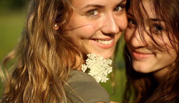 שתי נשים מחובקות ומחייכות