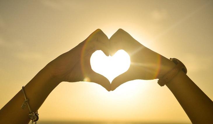 ידיים עושות צורה של לב