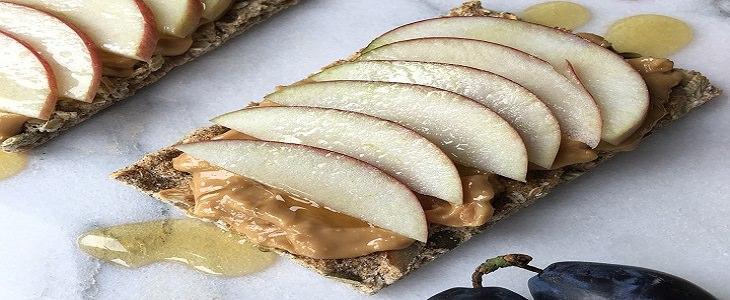 חמאת בוטנים על קרקר עם פרוסות תפוח מעל