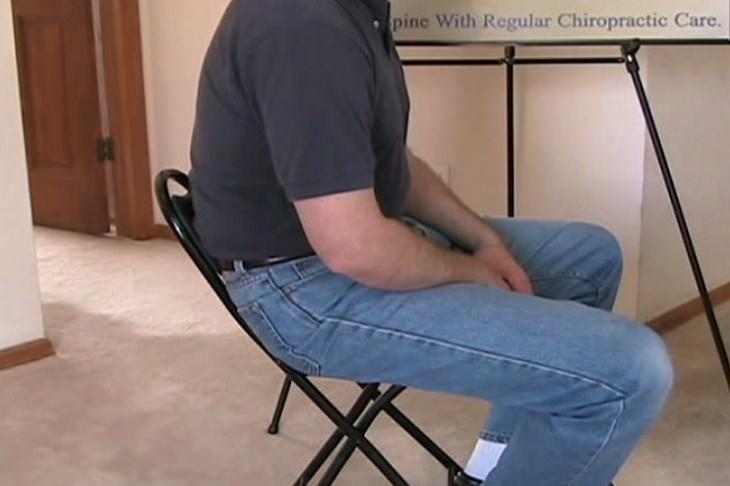 אדם יושב כפוף