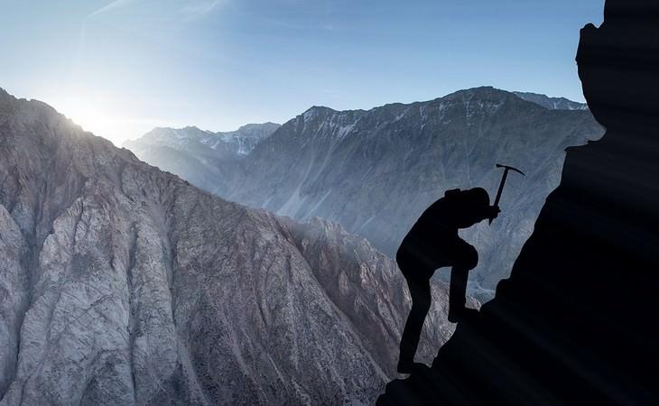 איש מטפס על דופן הר
