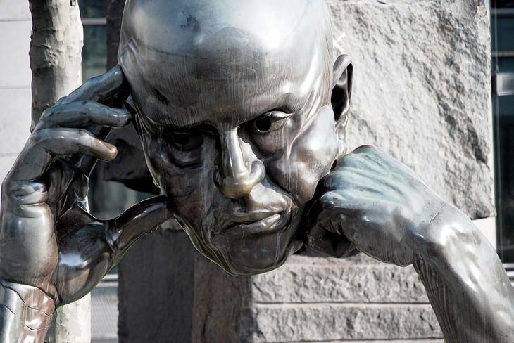 פסל ראש של גבר חושב