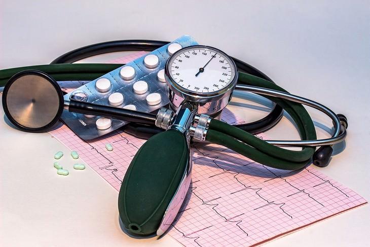 יתרונות הסלק: מכשיר למדידת לחץ דם וטבליות