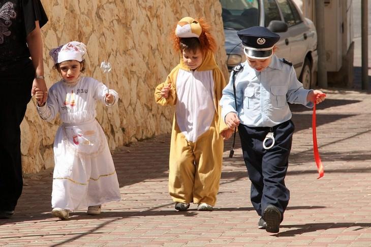 ילדים מחופשים הולכים ברחוב