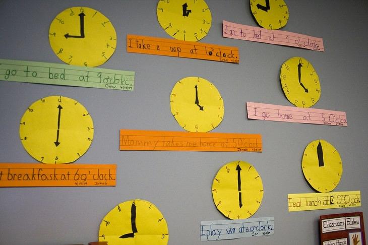 שעונים מקרטון תלויים על קיר