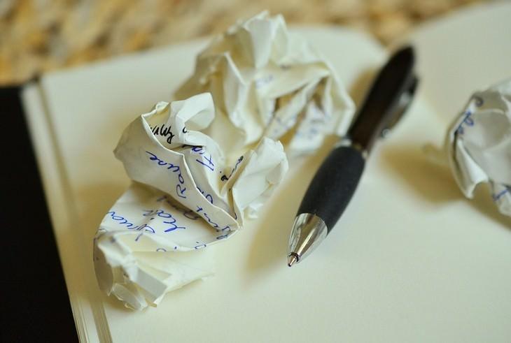 דף מקומט ליד עט