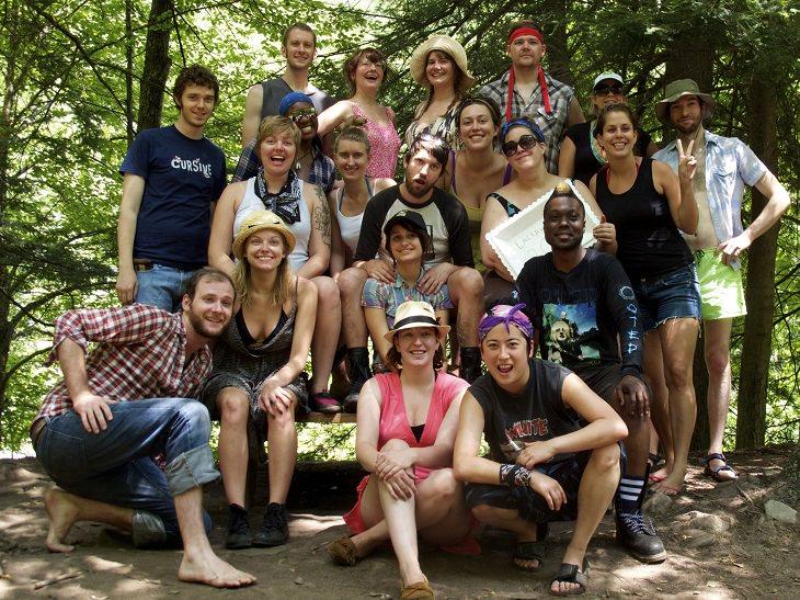 הצעות למשחקי חברה: חבורה גדולה של חברים מחויכים בצילום משותף בטבע