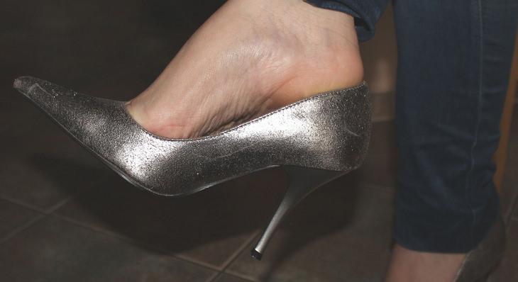 נעל עקב על כף רגל של אישה