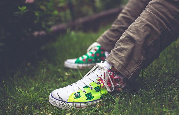 רגליים על דשא