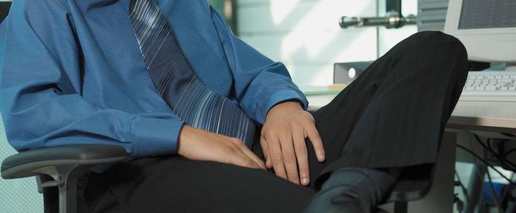 גבר יושב עם קרסול על הירך שלו