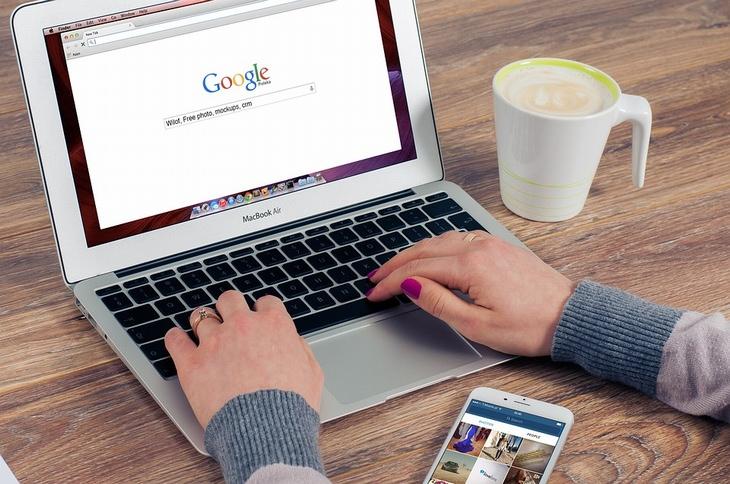 טיפים לשימוש בגוגל: בן אדם משתמש במחשב נייד וגולש במנוע חיפוש גוגל