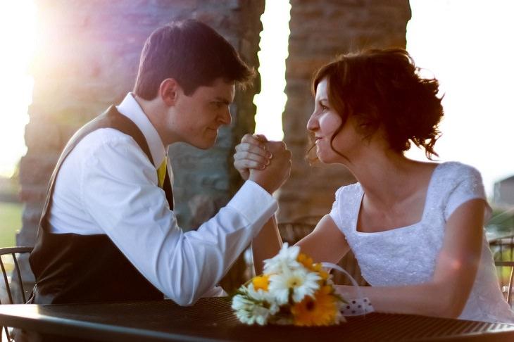 זוג מתחרה בהורדת ידיים