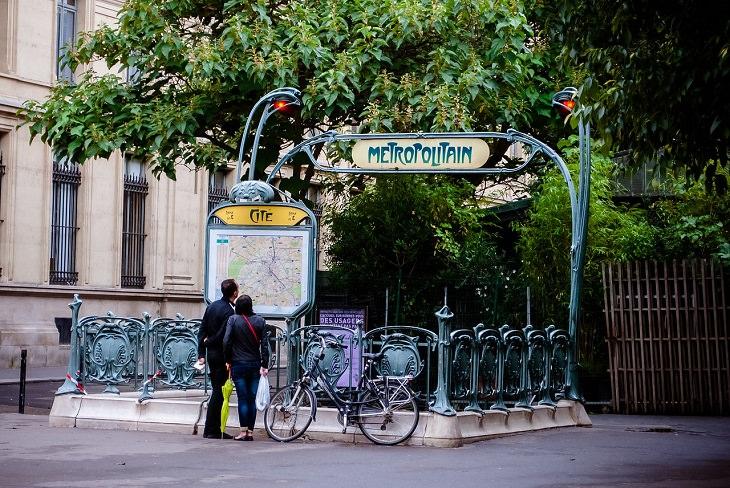 המדריך השלם לשירות AirBNB: זוג מטייל בפריז