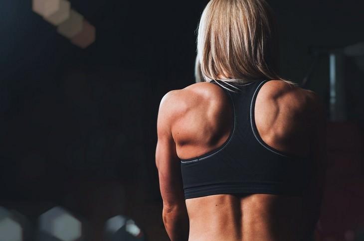 גב שרירי של אישה