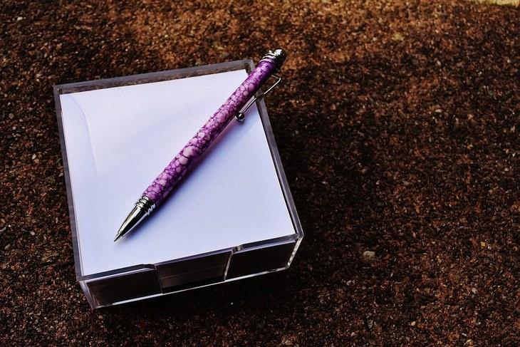 מעמד עם פתקים לבנים ריקים ועליו עט